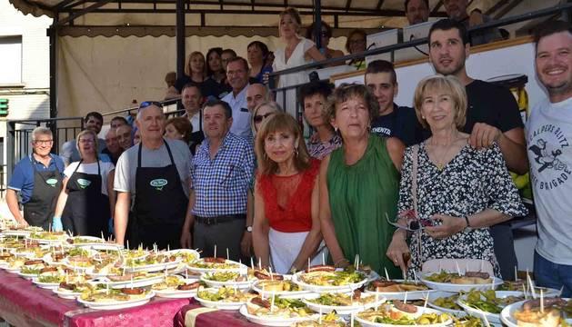 Representantes municipales y organizadores de la tercera edición de la fiesta de la guindilla, ante las raciones preparadas para celebrar la jornada.