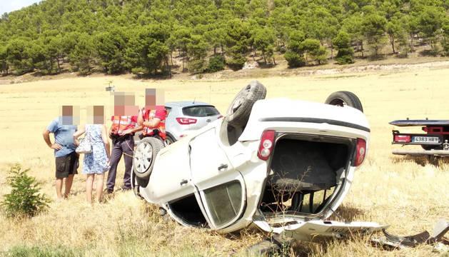 Agentes de la Policía Foral, junto al coche accidentado.