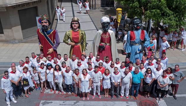 Foto de familia al pie del Ayuntamiento de Estella con los gigantes que acudieron a este punto una vez terminado el recorrido de la comparsa.