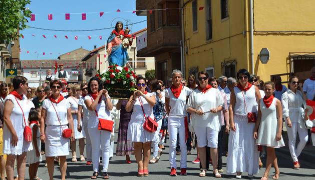 Las mujeres que llevaron las andas de la Virgen del Rosario, encabezaron también la procesión que recorrió el centro de la localidad.