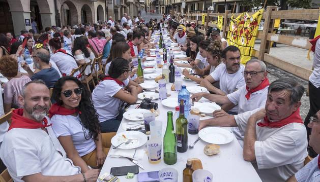 Foto de algunos comensales, que disfrutaron de un menú con un coste de 15 euros por adulto y 5 por niño.