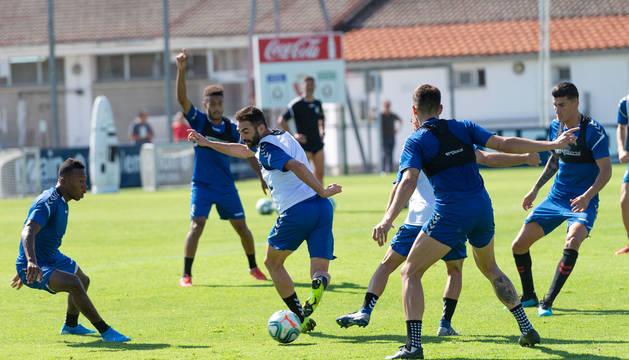 Foto de Adrián en su primer entrenamiento con el grupo. El asturiano jugó en el partidillo en la banda izquierda de uno de los equipos.