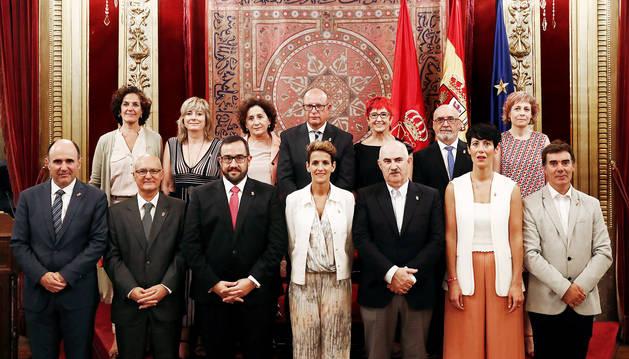 Foto oficial en el Palacio de Navarra del Gobierno foral y sus consejeros encabezados por la presidenta, María Chviite.