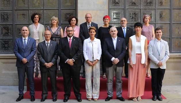 Foto de Chivite junto a los 13 consejeros que conforman el Gobierno de Navarra.