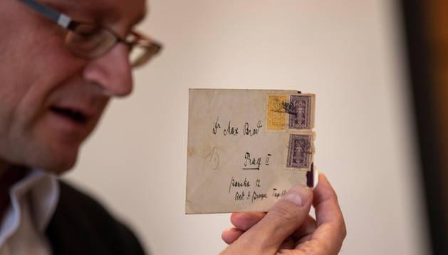 Stefan Litt muestra una de las cartas que Franz Kafka intercambió con su amigo Max Brod.