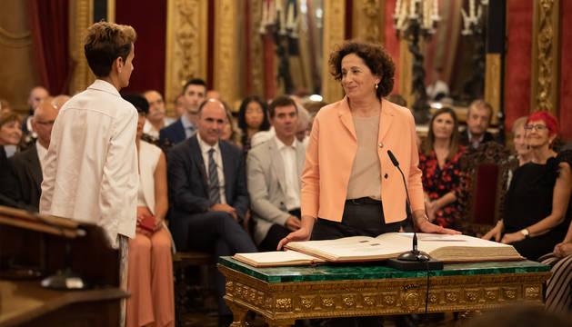 La consejera Maeztu promete su cargo ante María Chivite.