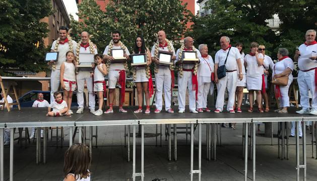 Foto de los jóvenes ganadores, Andrés Araiz y Sandrá Gómez, junto al segundo y tercer puesto y al jurado.