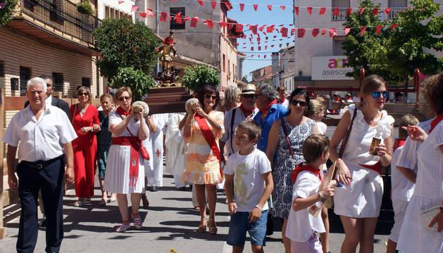 Foto del paso de la procesión por el centro del casco urbano de Barillas.