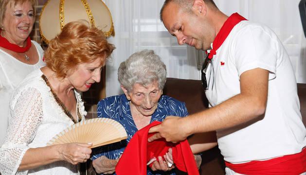 María Luisa García recibe el pañuelo del alcalde, Sergio Vitas.
