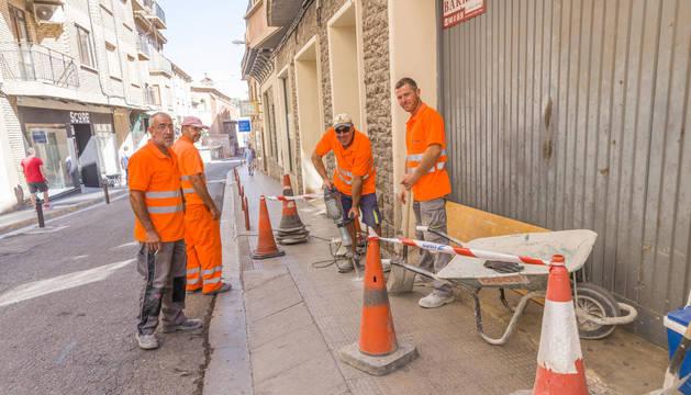 Varios operarios de la empresa Excavaciones Fermín Osés realizan los primeros trabajos en la calle Eza.