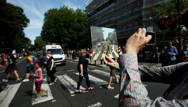 Abbey Road se inunda de fans por el 50 aniversario del disco homónimo.