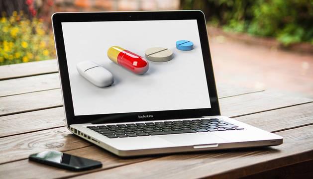 La venta a través de internet únicamente la pueden realizar farmacias abiertas al público.