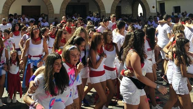 Foto de los jóvenes del pueblo danzaron alegres en la plaza de los Fueros antes de que comenzara el pasacalles.