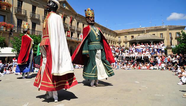 Gigantes en la plaza Francisco de Navarra de Tafalla.