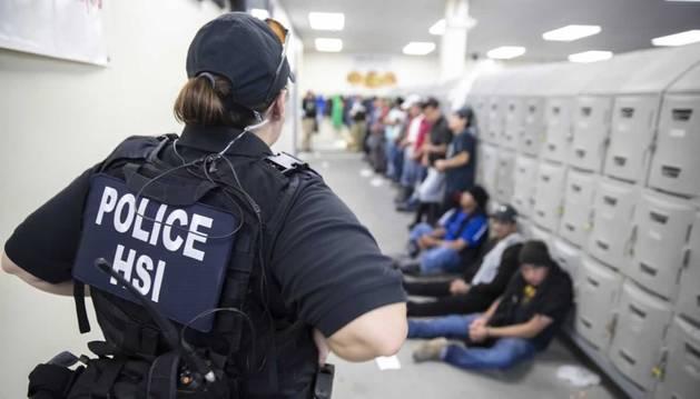 Foto de las autoridades estadounidenses definieron la macroredada de este miércoles como la mayor llevada a cabo contra inmigrantes en los últimos 10 años.
