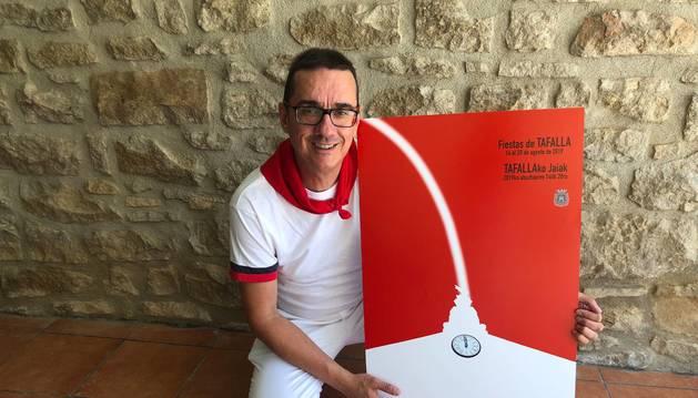 Foto de Gotzon Aznar muestra el cartel que ilustrará las fiestas de Tafalla.
