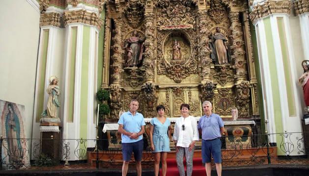 De izquierda a derecha: J. Ignacio Parco, Rosa Soret, Yolanda Arrondo y Jesús Jiménez, en el interior de la capilla de la Virgen del Rosario.