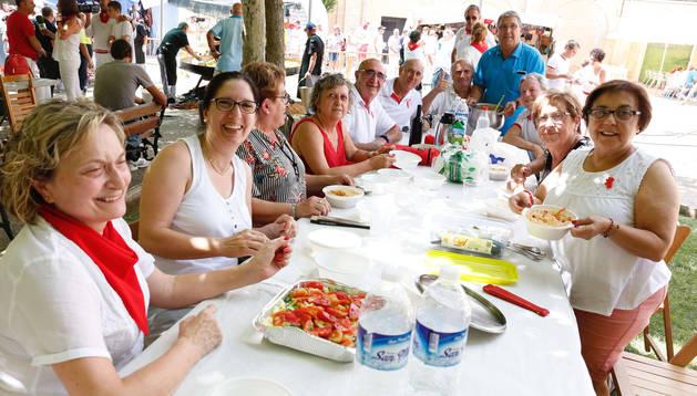 Imagen de una de las cuadrillas participantes en la comida popular de arroz con bogavante celebrada ayer en Fustiñana.