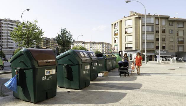Grupo de contenedores en Azpilagaña. Los tres primeros funcionan con tarjeta.
