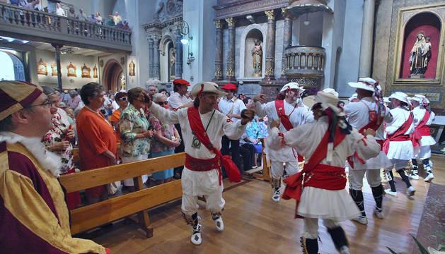 Danzantes de San Lorenzo, en la iglesia, el año pasado.