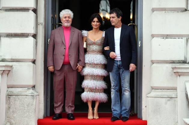 El aclamado director, junto a los actores, Antonio Banderas y Penélope Cruz,