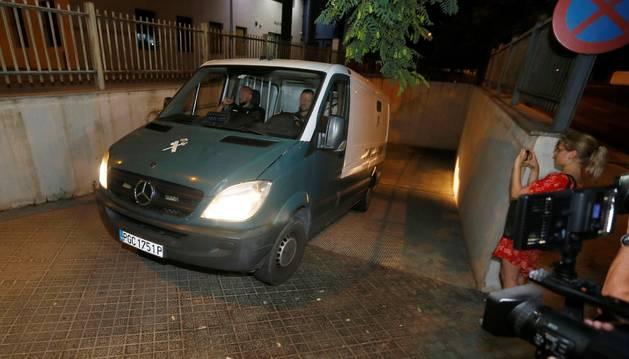 Foto del furgón de la Guardia Civil con tres de los acusados de una presunta violación en grupo en un apartamento de Benidorm, en Alicante.