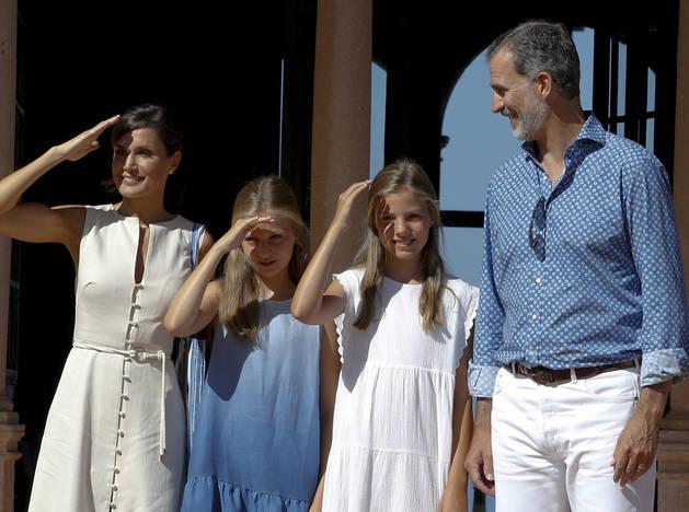 El rey Felipe VI, la reina Letizia, y las infantas Leonor (2i) y Sofía, durante su visita a la Casa Museo de Son Marroig.