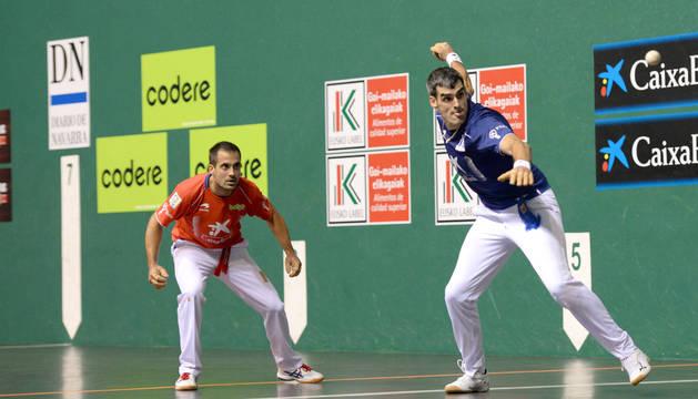 Foto de Oinatz Bengoetxea mirando a Joseba Ezlurdia golpear una pelota durante un partido anterior. El leitzarra se tomó cumplida venganza de San Fermín.
