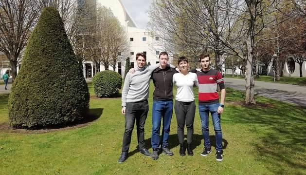 De izquierda a derecha Alberto Madurga Pastor, Manuel Lorrio Muñoz, Jessica Goñi Moneo y Alberto Arguiñano Ongay en el campus de la UPNA.