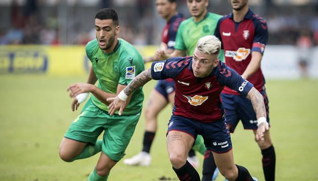 El navarro Mikel Merino pugna por el balón con el rojillo Brandon, el pasado viernes en Irún. Osasuna cayó 2-0 frente a la Real Sociedad.