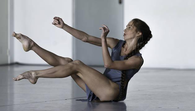 Una bailarina, interpretando ayer un solo durante la muestra que tuvo lugar en La Faktoría.