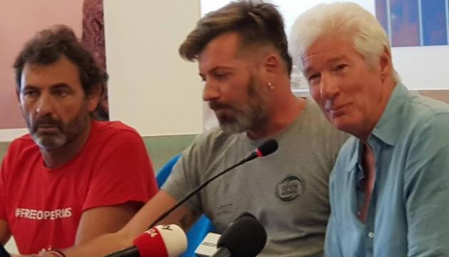 El fundador de la ONG española Open Arms, Óscar Camps, junto a Gere