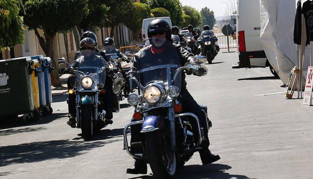 Un grupo de moteros circula por las calles de Ribaforada.