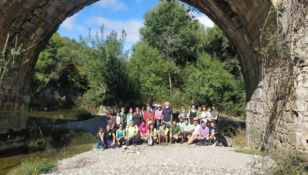 Los voluntarios bajo el puente de Bigüezal durante la jornada de limpieza del río.