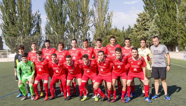 La plantilla del CD Murchante posa con su entrenador, Rubén López 'Poño', en el San Roque.