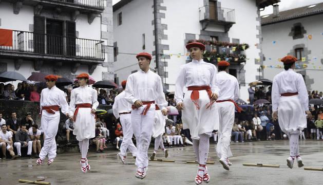 Foto de Alaitz Oiartzun, Andrea Casares, Manex Moreno, Eneko Feo, Amaia Ezkurdia, Miel Olano, Ane Garro y Ander Alduntzin, que bailaron la 'ezpata-dantza'.