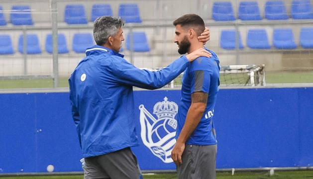 Imanol Alguacil charló con Raúl Navas unos minutos ayer en las instalaciones deportivas de Zubieta antes del entrenamiento.