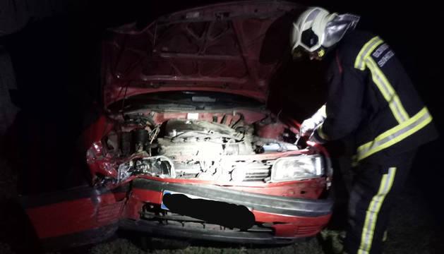 El coche ha chocado contra un muro, destruyendo gran parte del chásis delantero.