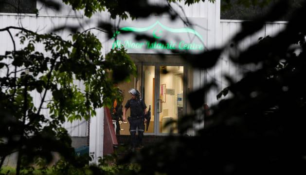 Oficiales de policía salen de la mezquita del centro islámico al-Noor de Bærum (a las afueras de Oslo) después de un tiroteo, Noruega.