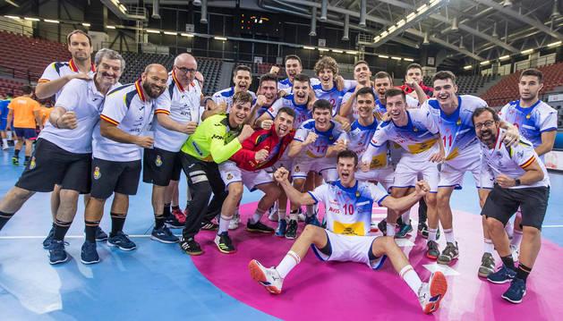 Foto de la celebración de la selección nacional juvenil, con los navarros Ernesto Goñi, Ander Izquierdo y el médico Javier M. Aquerreta.