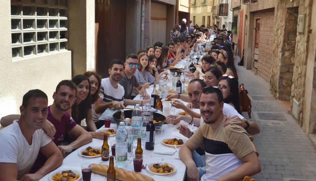 Foto de los comensales, que degustaron los guisos en la calle Carnicerías.