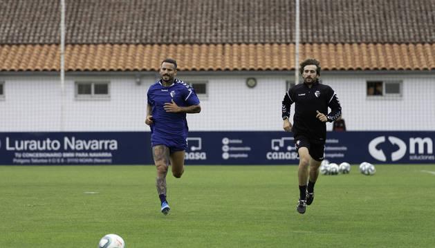 Rubén García, con el readaptador físico, ayer en Tajonar.