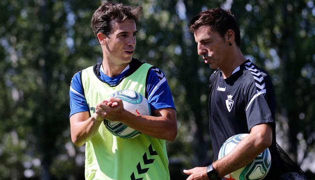 Iñigo Pérez, con Bittor Alkiza, en uno de los primeros entrenamientos del verano.