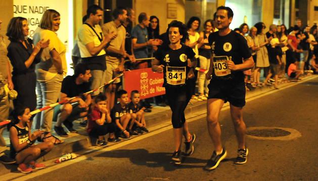Foto del público apoyando a dos corredores en una edición pasada.