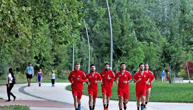 Jugadores de la plantilla durante el entrenamiento. De izda a dcha: Mario Almagro, Llamas, Eric Martel, Araça, Asier Llamas y Rafa Usín.