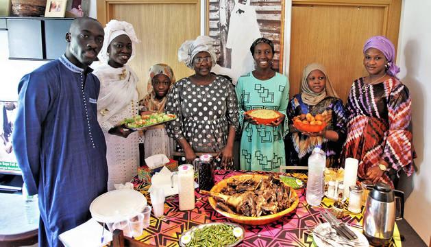 De izda a dcha: los senegaleses Mouhamed Barry Diop (22 años), su prima Mame Thiam (52 años y vecina de Lyon), Mouminatou Mbacke (11 años, hija de Mame), la madre de Mouhamed, Khoudia Diop Plô (64 años), su hermana Seynabou Barry Diop (26 años), su sobrina Ava (11 años) y su otra hermana, Sokhna (38 años, que vive con su familia en Senegal y ha venido de vacaciones). Toda la familia posa antes de empezar la comida de la 'Fiesta del cordero' o del 'Sacrificio' (Eid al -Adha), ayer en su casa del barrio de San Pedro, en Pamplona.