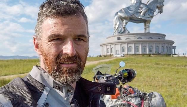 El viajero Aitor Zunzarren con la enorme escultura de Gengis Kan al fondo a 40km de Ulán Bator.