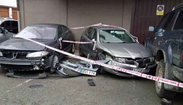 Tres de los vehículos que sufrieron daños en Leitza.