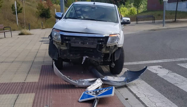 Foto del coche, dañado tras chocar contra una señal en Soto de Lezkairu.