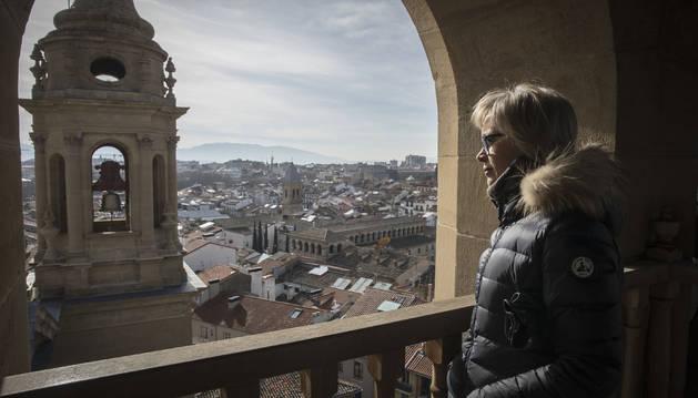 Una mujer observa las vistas de Pamplona desde la torre norte de la catedral.